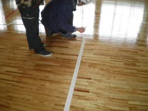 バドミントン支柱受け床金具の取り付けの床補修ようす
