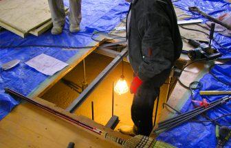 バレーボール用床金具、ポールの差し込み時の傾きを改善工事