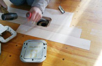 体育館バレーボールの床金具交換作業