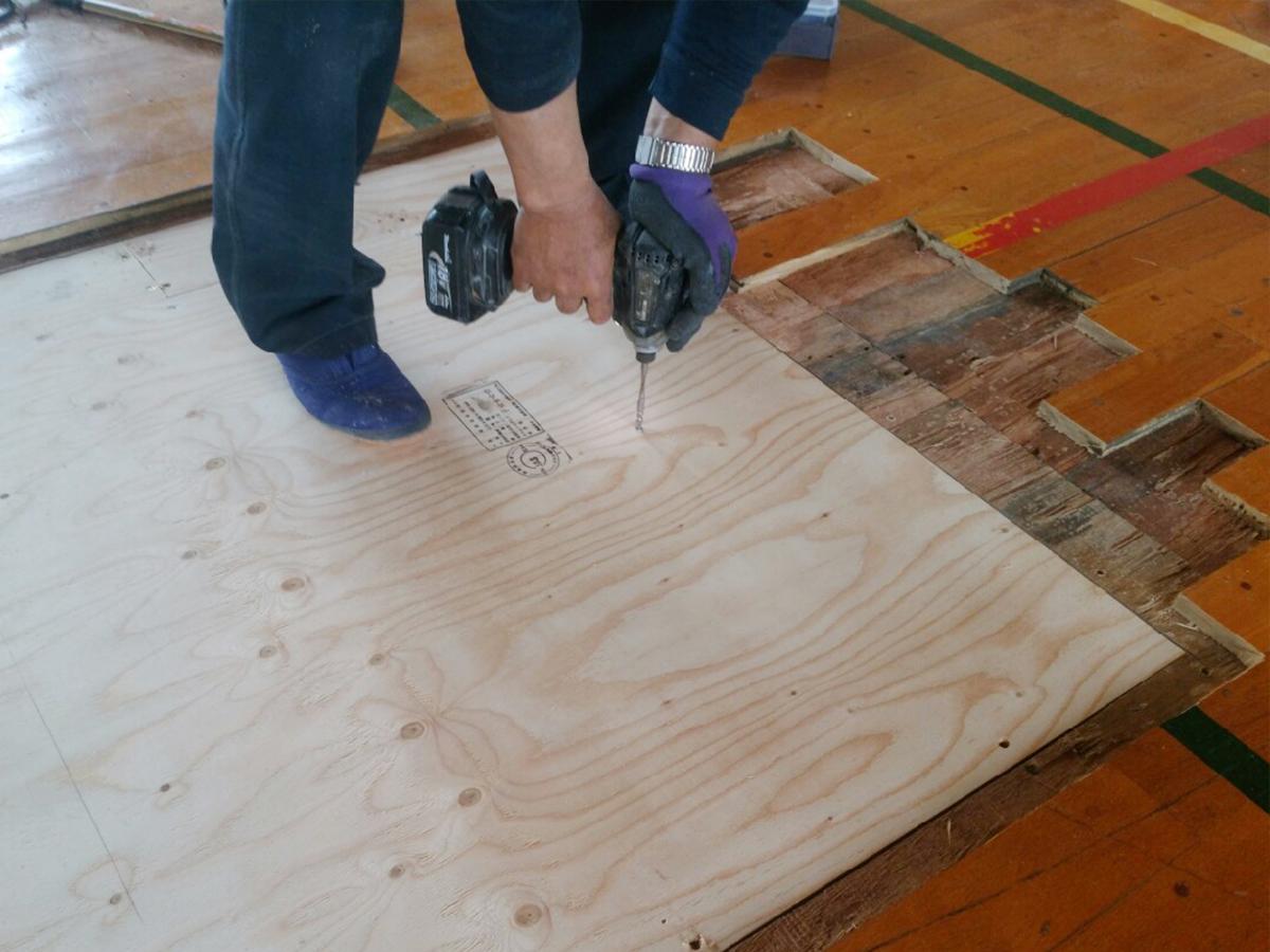 バドミントン用支柱受け床金具新規設置施工