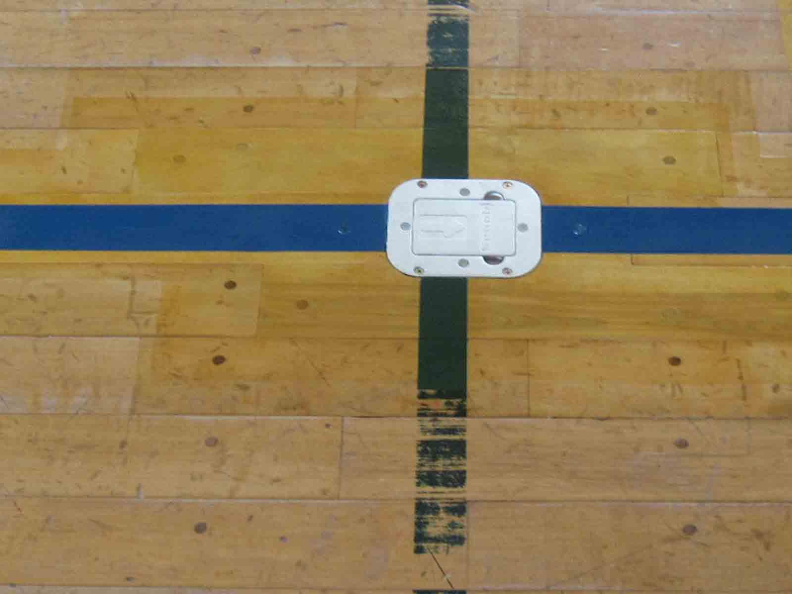 体育館 床金具施工完了