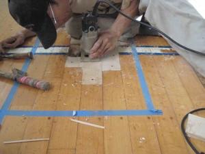 体育館 床金具の型取りをします