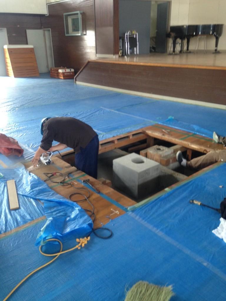 本日は、体育館耐震改修工事に伴う体育館床の改修工事を行っています。