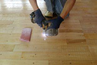 床金具天板交換及びフローリング研磨塗装、コートライン引き工事