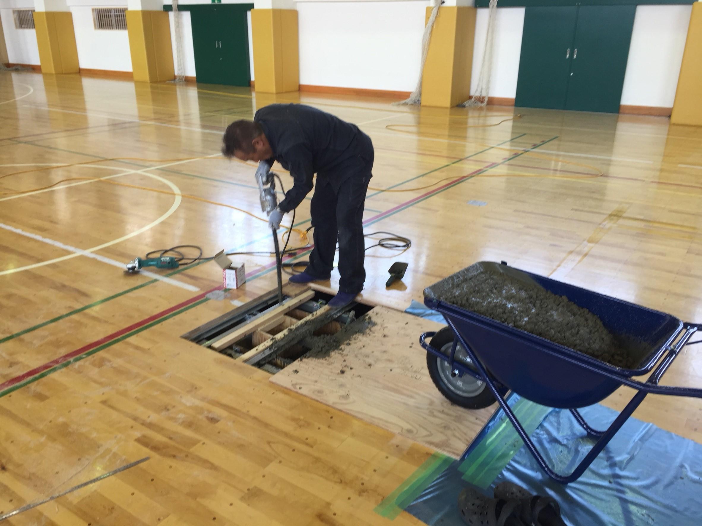 体育館既存埋設管及び床金具撤去更新・フローリング張替え